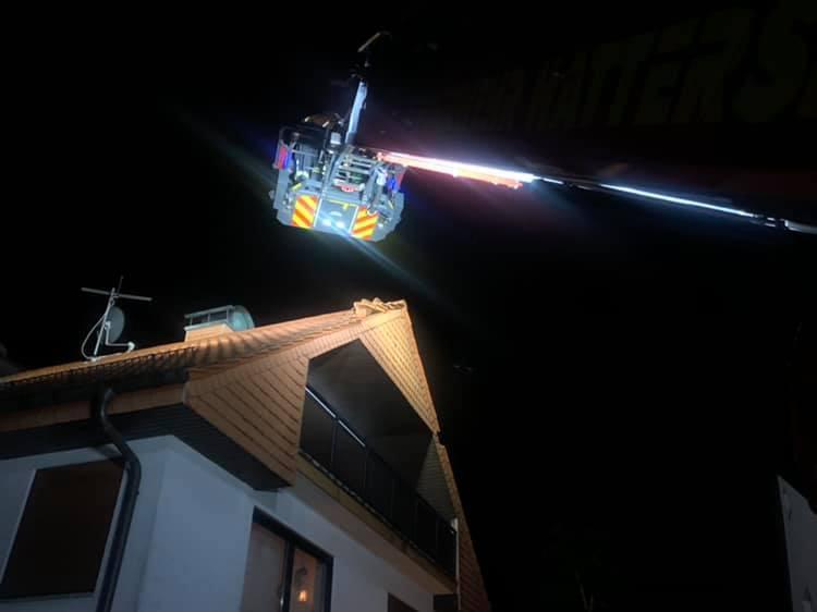 Dachziegel werden mittels Drehleitereinsatz gesichert