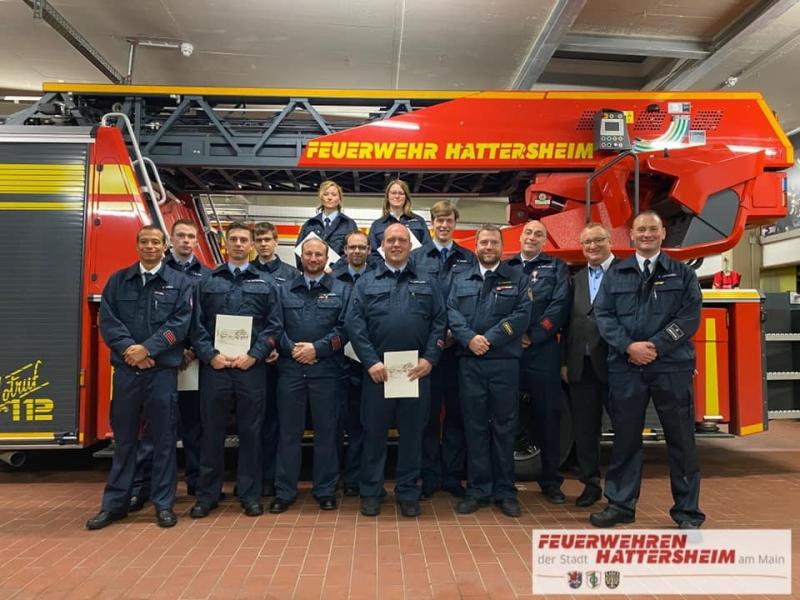 Gruppenfoto der beförderten und geehrten Mitglieder der Feuerwehr