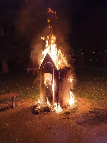 Brennender Bücherschrank