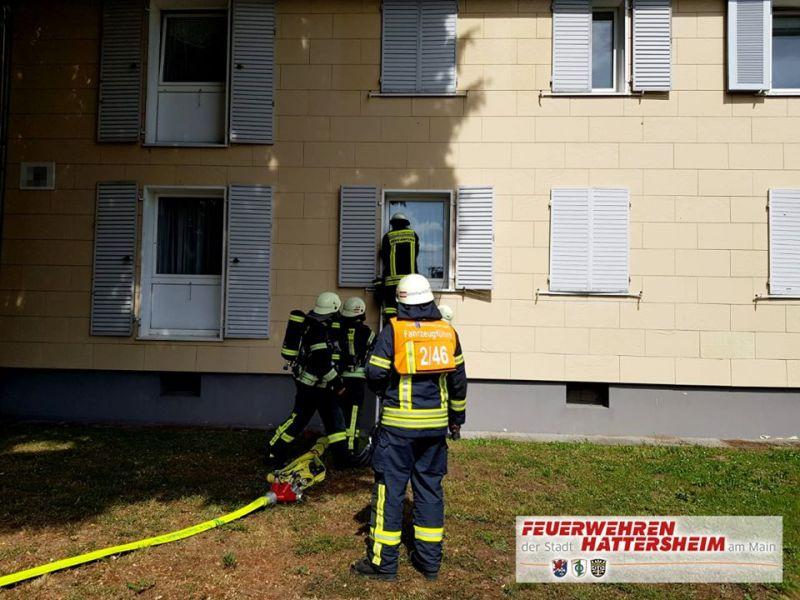 Zugang zur Wohnung über Steckleiter durch gekipptes Fenster