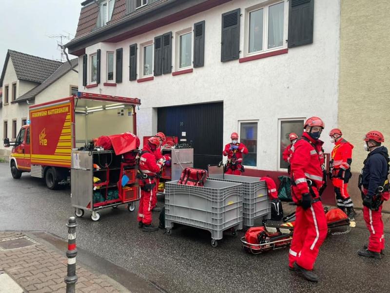 Die Höhenrettungsgruppe bereitet sich auf den Einsatz vor, Einsatzfahrzeug der Feuerwehr Hattersheim am Main