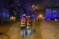 Zugführer Feuerwehr Hattersheim am Main mit Fahrzeugführern bei der Lagebesprechung