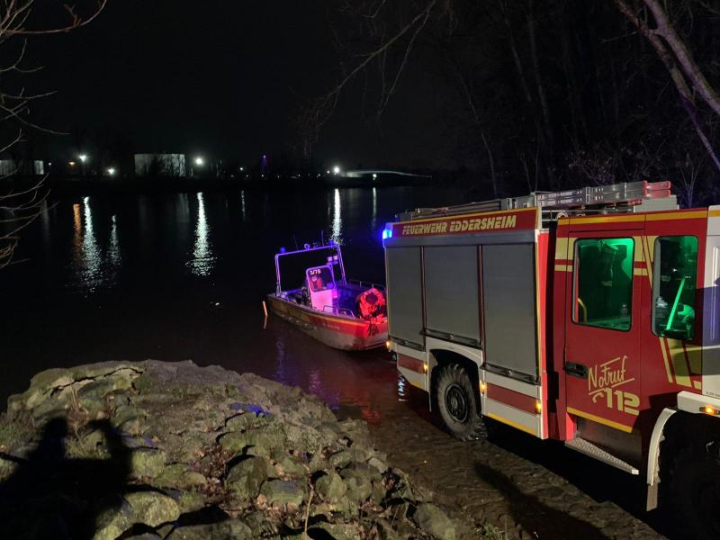Zu Wasser lassen des Feuerwehrbootes der Feuerwehr Eddersheim
